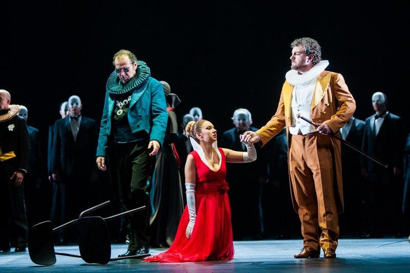 Split(date}-Opera Ernani HNK Split. Dirigent  je Ivo Lipanović, dok je redatelj scenograf i kostimograf Giancarlo del Monaco.